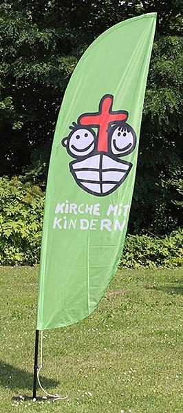 Beachflag mit Kirche-mit-Kindern-Logo
